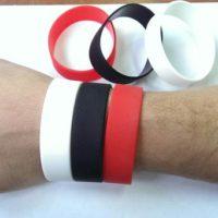 широкие силиконовые браслеты на руке