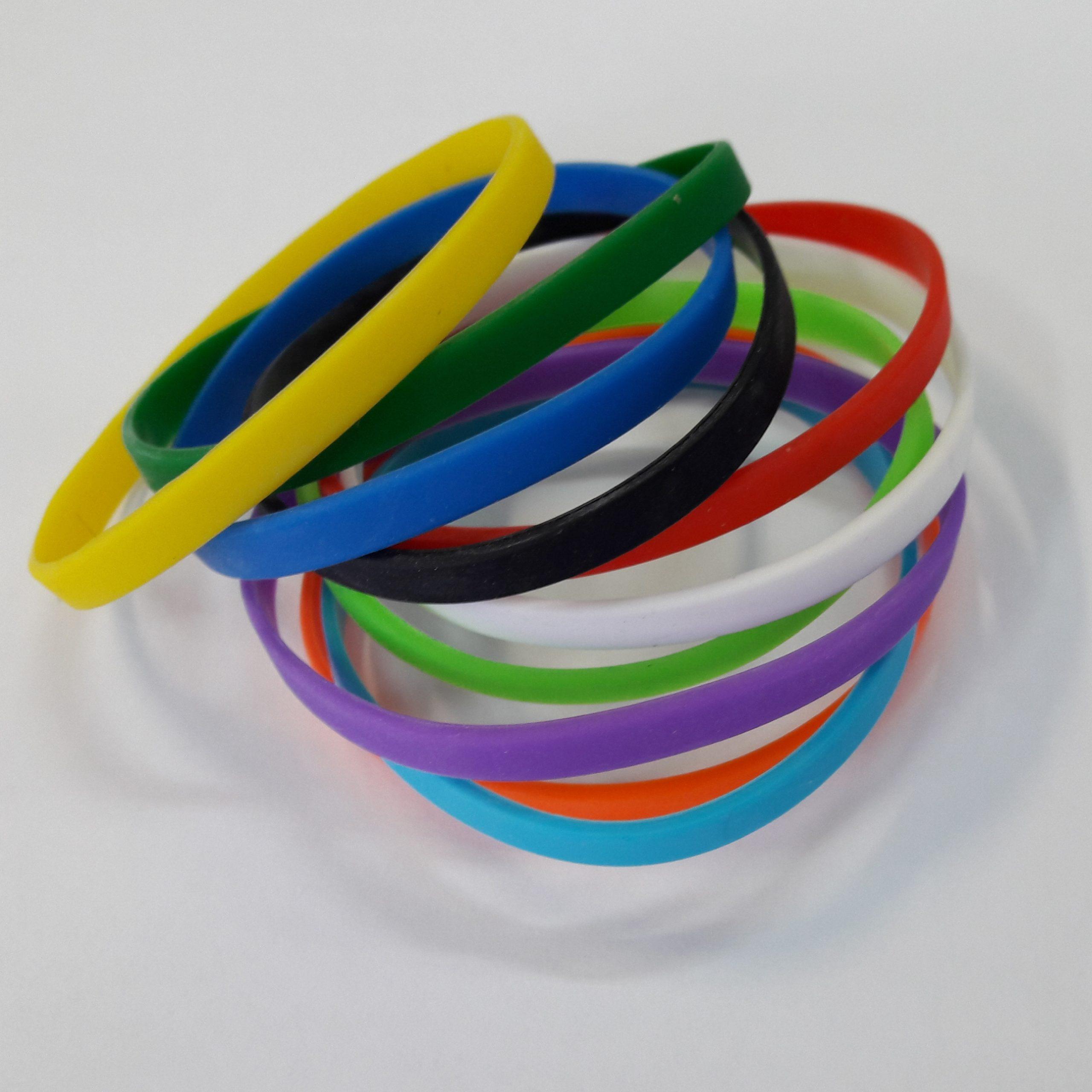 Микс узких силиконовых браслетов – когда хочется чего-то необычного